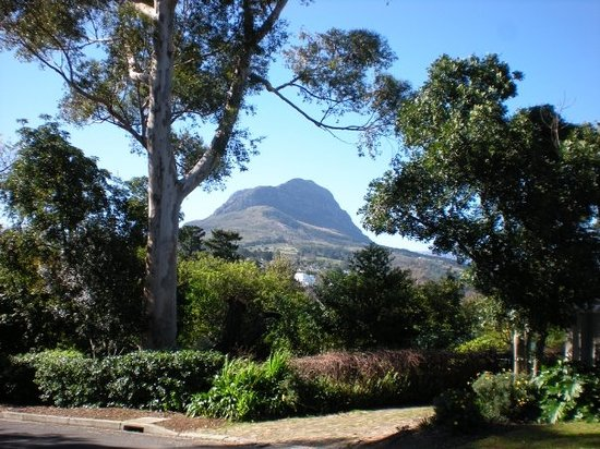 Somerset West, Afrika Selatan: Helderberg Mountain seen from Stellenberg Road