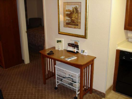 Staybridge Suites Chantilly - Fairfax / Dulles Airport: Table