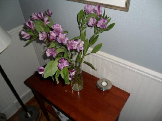 Wild Goose Inn Bed & Breakfast: flowers and candle in room