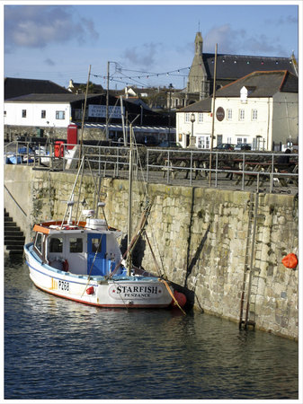 Porthleven, UK: Kota restaurant ~ viewed across the harbour