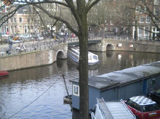 B&B Herengracht 21: View from Canal room window