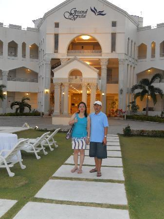 Grand Vista Boracay Resort & Spa: Photo taken near the pool w/ a background of the hotel.