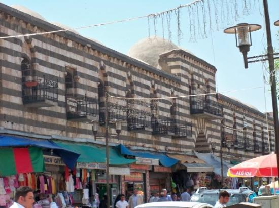 Diyarbakir, Türkei: A historic inn that has been turned into shops.