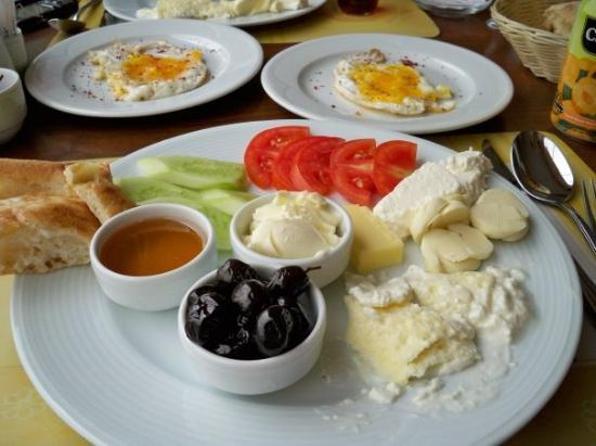 Diyarbakir, Türkei: Breakfast with Mine. Most breakfasts are pretty similar, olives, cucumbers, tomatoes, different