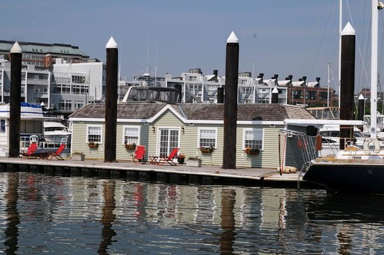 Green Turtle Floating Bed and Breakfast on Boston Harbor