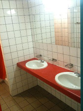 Auberge de Jeunesse Gnration Europe: Double sink in the en-suite showeroom
