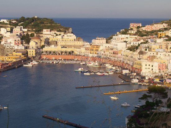 Ponza Island, Italie : NON SEMBRA UNA CARTOLINA ? 