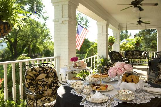 Fox Manor Historic Bed & Breakfast : Care to dine on the Veranda?