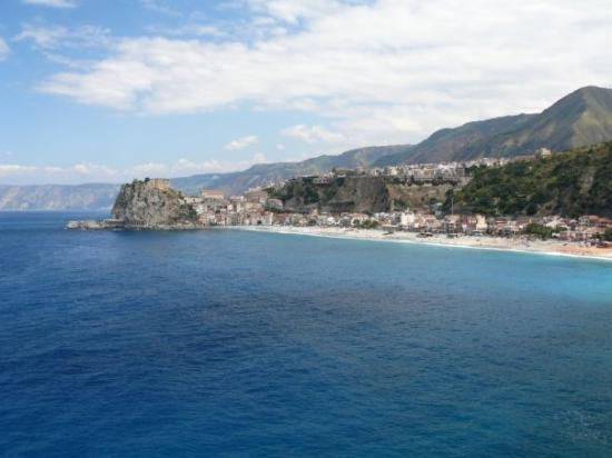 Scilla, Calabria - obluda Scilla z grckych bj, ohlodan zubom asu...z nprotivnej Charybdy