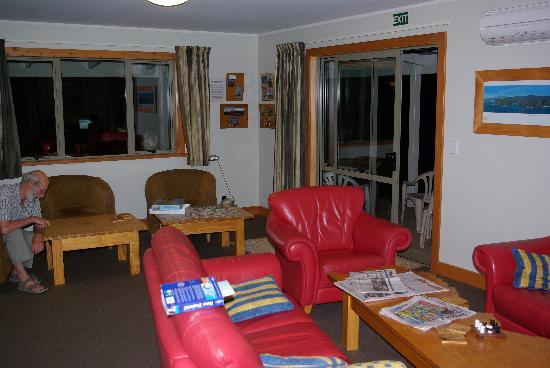 Eden&#39;s Edge Backpackers Lodge: lounge