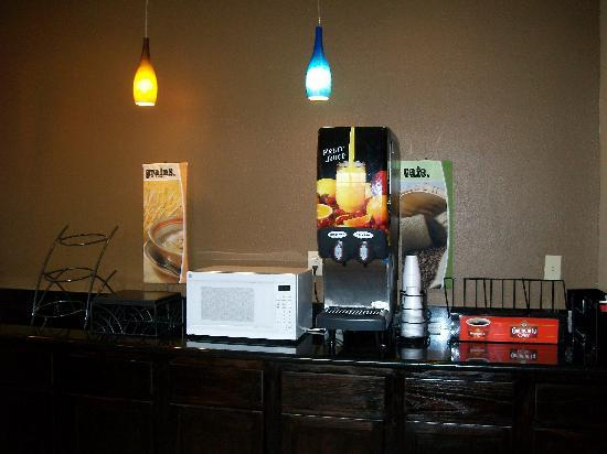 Microtel Inn &amp; Suites by Wyndham Scott/Lafayette: Coffee Station