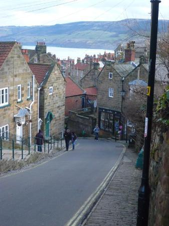 Robin Hoods Bay, UK: ROBIN HOOD'S BAY VIEW FROM THE TOP OF THE HILL