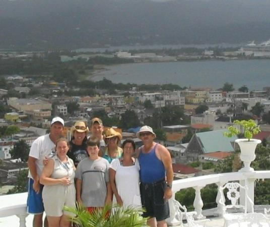 Richmond Hill Inn: Our entire bunch on Richmond Hill overlooking Montego Bay!