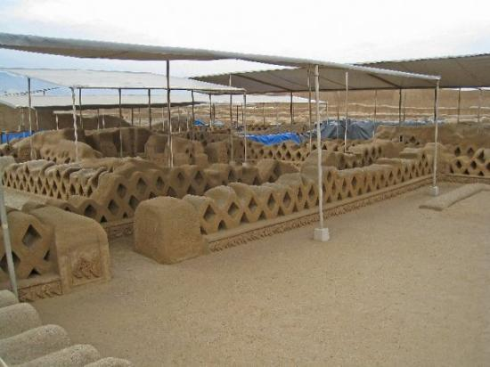 Chiclayo, Pérou : Walls of the ancient city of Chan Chan.  Amazing work.  Chan Chan is situated on the shore of th