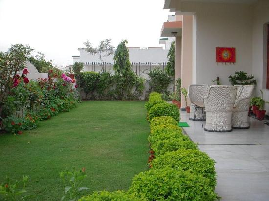 Jaipur Friendly Villa: Entrance and Private Garden