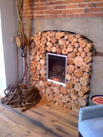 Ale House Inn: Fireplace in lounge.