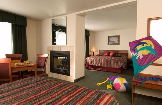 Liberty Inn Lincoln City: Family Suite w/double-sided fireplace, microwave, refrigerator, coffee maker and free WIFI