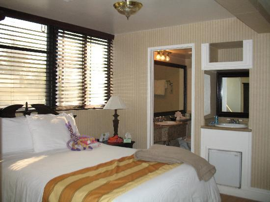 Carousel Inn and Suites: bedroom 2