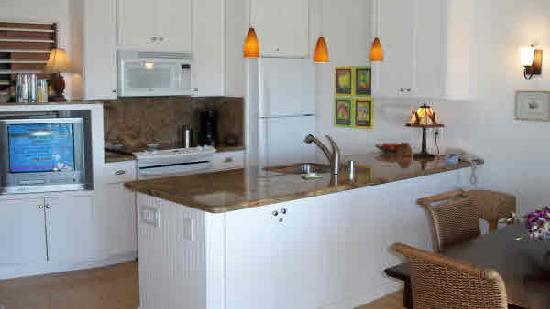 Outrigger Kiahuna Plantation: Kitchen - I liked the open floor plan