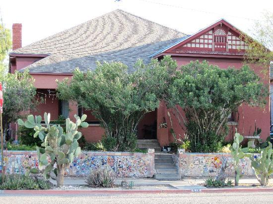 RoadRunner Hostel: Front view of Road Runner Hostel