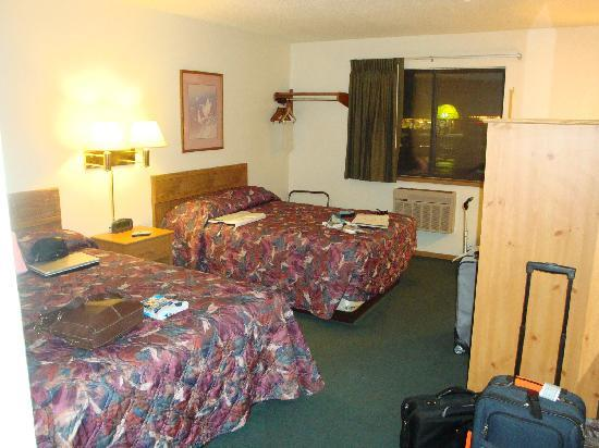 Super 8 Livingston : Room was clean and we landed after 13 hours on the road...so things just ended up where they end