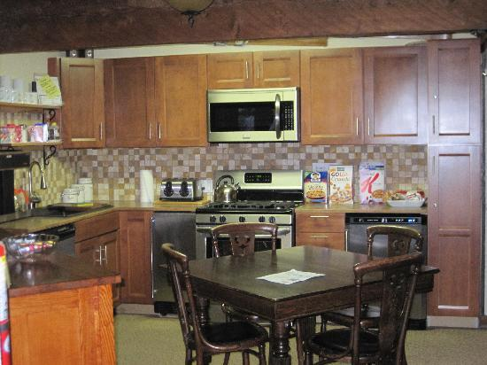 Manitou Lodge Bed and Breakfast: Kitchen Area