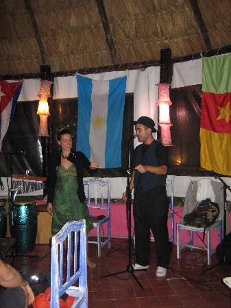 Poc-Na Youth Hostel : magician show