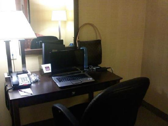 Quality Suites: desk area, comfy office chair