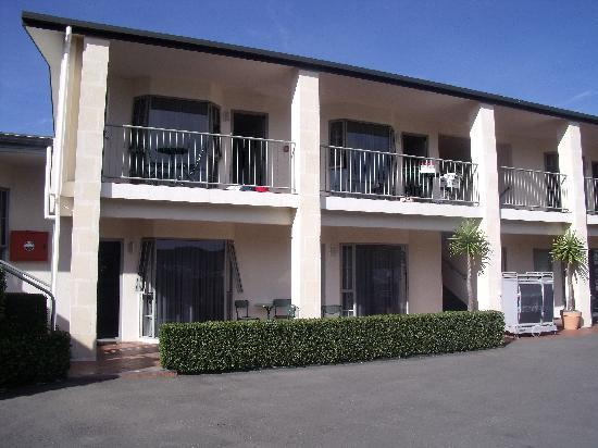 Jasmine Court Motel: Front view