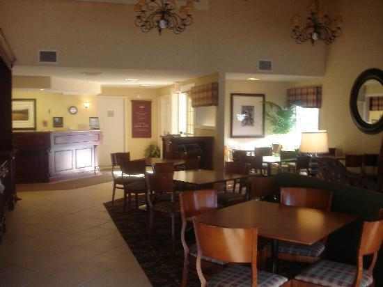 Residence Inn Chicago Deerfield: Gate house breakfast/evening area