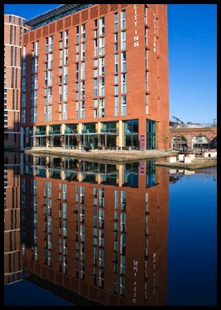 Doubletree by Hilton Hotel Leeds City Centre: Hotel reflecting in canal