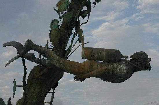 Hacienda San Miguel: Bronze diver on the seafront.