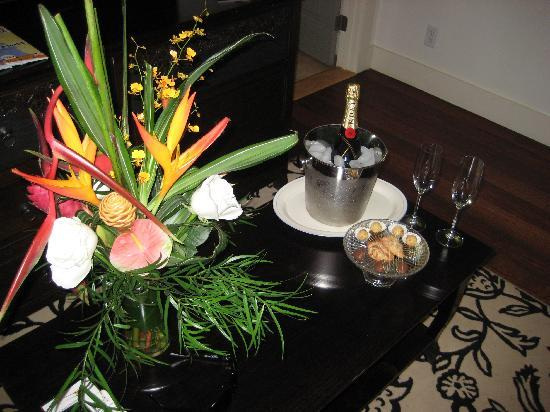 Paia Inn Hotel: Bottle of bubbly