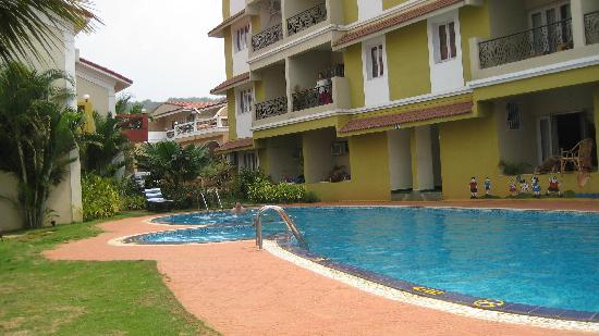 Goveia Holiday Homes: Pool and one of the blocks