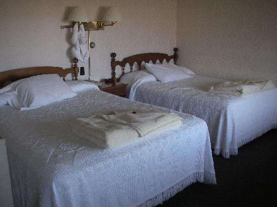 Sea Chambers Motel: Room 8 -Queen and Double bed