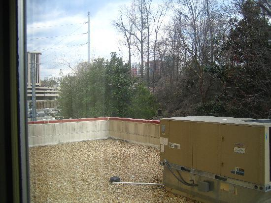 Courtyard Atlanta Midtown/Georgia Tech: The AC unit view from my room