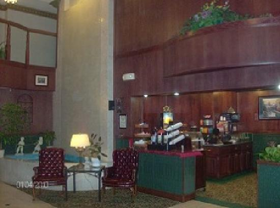 GuestHouse Inn & Suites Kelso: Lobby & Breakfast