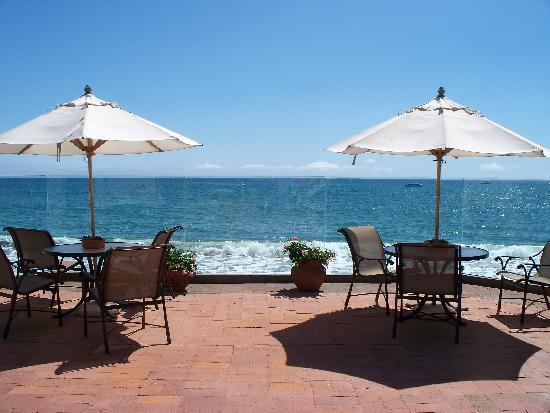 Casa Malibu Inn on the beach : the fabulous patio 