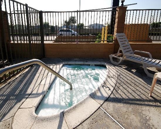 Econo Lodge Near Home Depot Center: Spa Tub