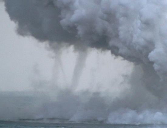 Volcán, Hawái: These are tornados created by the ash cloud from the lava hiting the ocean