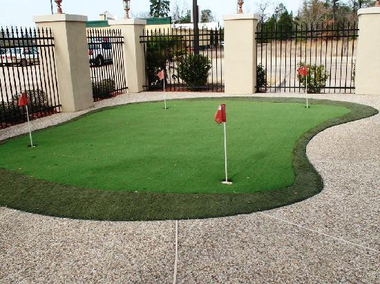 BEST WESTERN PLUS Crown Colony Inn & Suites: Get in some putting practice at our exclusive Putting Green before heading out to Crown Colony C