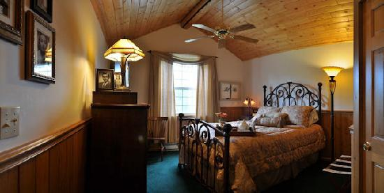Ponderosa Lodge Bed & Breakfast: Luxurious guest rooms with fine linens and private baths.