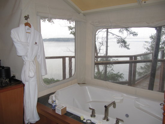 Rockwater Secret Cove Resort: View from our jacuzzi tub