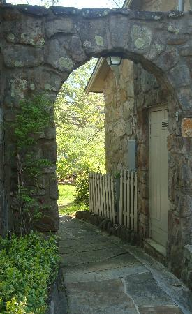Chanticleer Inn Bed & Breakfast: The walkway to the stone patio