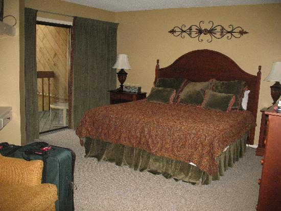 Wyndham Resort at Fairfield Sapphire Valley: Master bedroom with wondeful bathroom and laundry room