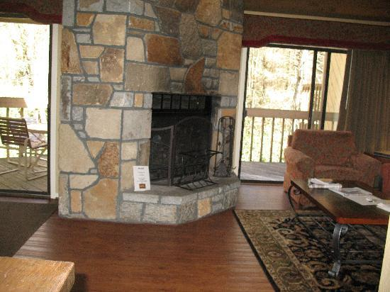 Wyndham Resort at Fairfield Sapphire Valley: Living room has fireplace