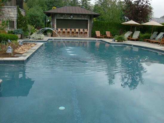 Old Edwards Inn and Spa: A shot of the pool. This was later in the day and the cool fountains were off. The pool has  no