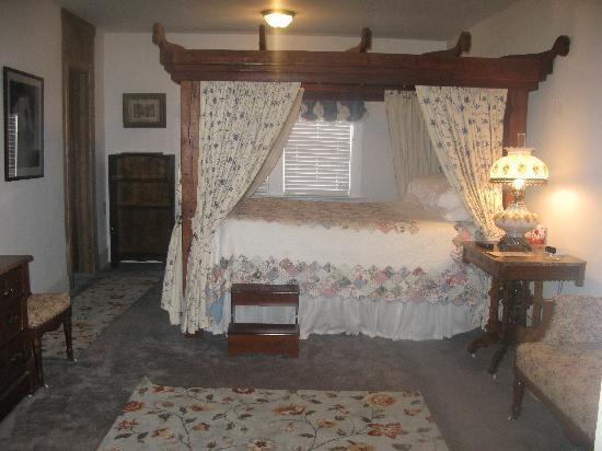 the buffalo bill deluxe room with oxbow bed picture of. Black Bedroom Furniture Sets. Home Design Ideas
