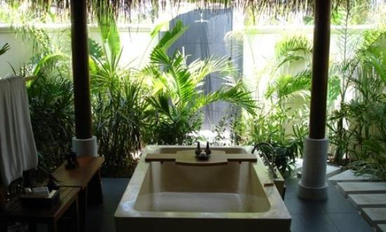 Shaviyani Atoll: anantara maldives - beach bungalow out side tube and shower