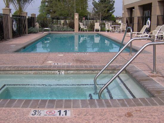Holiday Inn Express Hotel &amp; Suites Porterville: Pool and hot tub.